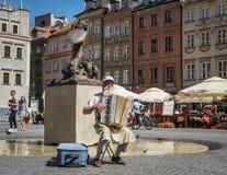 Stary człowiek bawić się akordeon w Warszawa obrazy stock