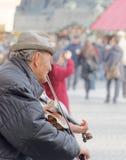 Stary człowiek bawić się skrzypce Fotografia Stock