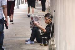 Stary Człowiek Czytelnicza gazeta na chodniczku obrazy stock