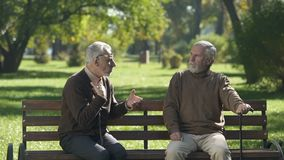 Stary człowiek emocjonalnie mówi niewiarygodną opowieść przyjaciel, wolny czas w parku zbiory wideo