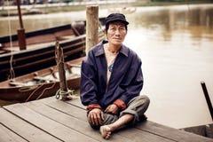 Stary człowiek na łodzi w rzece, Wietnam Zdjęcia Stock