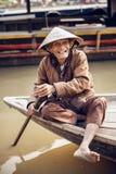 Stary człowiek na łodzi w rzece, Wietnam Obrazy Stock
