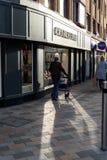 Stary Człowiek na głownej ulicie Anglia w cieniu Fotografia Royalty Free