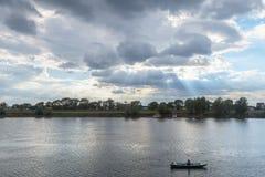 Stary człowiek na jego łódkowatym połowie na Sava rzece w Sremska Mitrovica Serbia zdjęcia stock