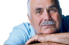 Stary człowiek odpoczynkowa głowa na jego ręki Obraz Royalty Free