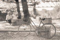 Stary człowiek patrzeje jego rower fotografia stock