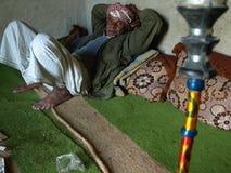 Stary człowiek po dymić nargile przy Qeshm wyspą, Iran Obraz Royalty Free