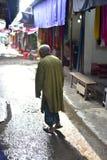 Stary człowiek pozycja wokoło miastowego rynku unikalnej fotografii Zdjęcie Stock