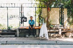 Stary Człowiek pracuje w Wietnam ulicach fotografia stock