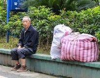 Stary człowiek przy autobusową przerwą w Gao miao, Sichuan, porcelana Fotografia Stock