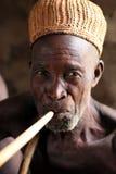 Stary człowiek przy ceremonią w Benin zdjęcie royalty free