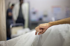 Stary Człowiek ręka na łóżku szpitalnym Zdjęcia Stock