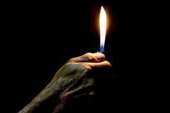 Stary Człowiek ręki mienia płonąca zapalniczka Obraz Stock