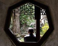 Stary człowiek relaksuje w tradycyjni chińskie ogródzie zdjęcie royalty free