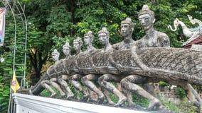 Stary człowiek rzeźby mienia wąż w świątyni Fotografia Royalty Free
