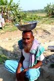 Stary człowiek siedzi z bananem zdjęcia stock