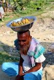 Stary człowiek siedzi z bananem obrazy stock