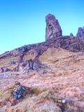 Stary Człowiek Storr kołysa z jasną niebo wyspą Skye Szkocja, Luty ranek Zdjęcie Royalty Free