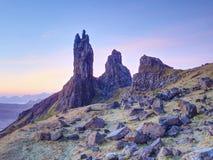 Stary Człowiek Storr kołysa z jasną niebo wyspą Skye Szkocja, Luty ranek Obrazy Royalty Free
