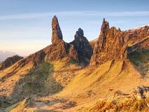 Stary Człowiek Storr kołysa z jasną niebo wyspą Skye Szkocja, Luty ranek Obraz Stock