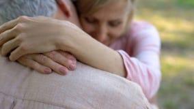 Stary człowiek tenderly całuje żony, szczęśliwie zamężny starzejący się pary przytulenie, flirtuje zdjęcie stock
