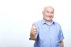 Stary człowiek thumbing w górę odosobnionego na białym tle Obraz Stock