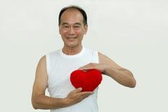 Stary człowiek trzyma czerwonego serce na białym tle Obrazy Royalty Free