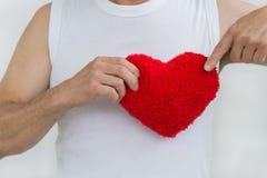 Stary człowiek trzyma czerwonego serce na białym tle na białej koszula Obraz Royalty Free
