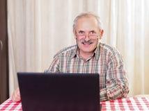 Stary człowiek używa technologię Obraz Royalty Free