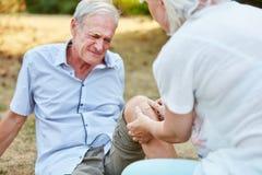 Stary człowiek z bólem na jego kolanie obraz stock