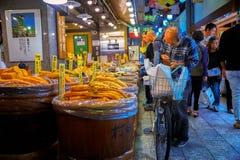 STARY CZŁOWIEK Z bicyklem W TARGOWYM PŁACI sprzedawcy DLA KISZONEGO jedzenia Fotografia Stock