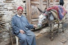 Stary człowiek z osłem w Morocca Fotografia Stock