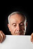 Stary człowiek z pustym papierem Zdjęcia Royalty Free