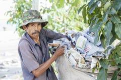 Stary człowiek z torba na śmiecie Zdjęcia Royalty Free