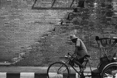 Stary człowiek jedzie riksza Fotografia Royalty Free
