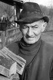 Stary człowiek na gospodarstwie rolnym fotografia stock
