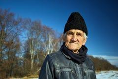 Stary człowiek plenerowy w zimnym dniu Fotografia Stock