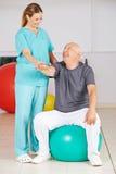 Stary człowiek podczas rehab w fizjoterapii Zdjęcie Stock