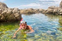 Stary człowiek robi snorkelling Zdjęcia Royalty Free
