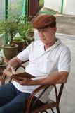 stary człowiek w pierwszym czytaniu Zdjęcia Stock
