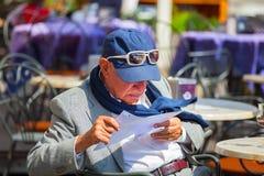 stary człowiek w pierwszym czytaniu Obraz Royalty Free