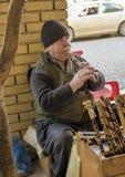 Stary człowiek z wiatrowym muzycznym instrumentem fotografia royalty free