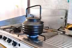 Stary czajnik na benzynowej kuchence Fotografia Royalty Free