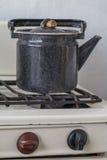 Stary czajnik na benzynowej kuchence Obraz Stock