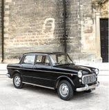 Stary czarny Fiat na miasto ulicie Zdjęcia Stock