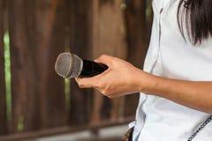 Stary czarny mikrofon w ręce Fotografia Royalty Free