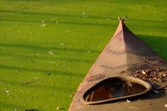 Stary czerwieni czółno na ląd staw Fotografia Stock