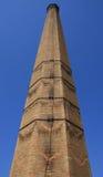 Stary czerwonej cegły komin z drabiną (niski kąt strzelający) Zdjęcia Royalty Free