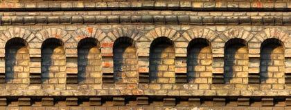 Stary czerwony ściana z cegieł czerep z łukami Horyzontalny bezszwowy łuk Zdjęcia Stock