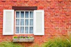 Stary Czerwony ceglany dom z rocznikiem i europejczyk projektujemy Zdjęcie Stock